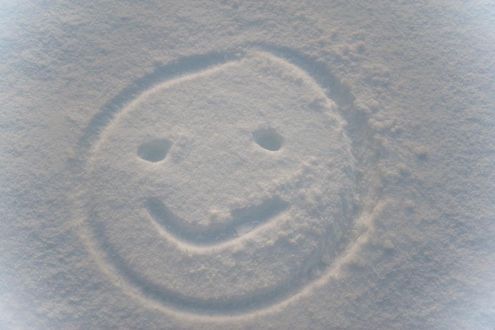 - Farblos Hell Himmel Jahreszeit Jahreszeiten Kontrastarm Natur Schnee Smiley Stockfoto Winter Wolken grau
