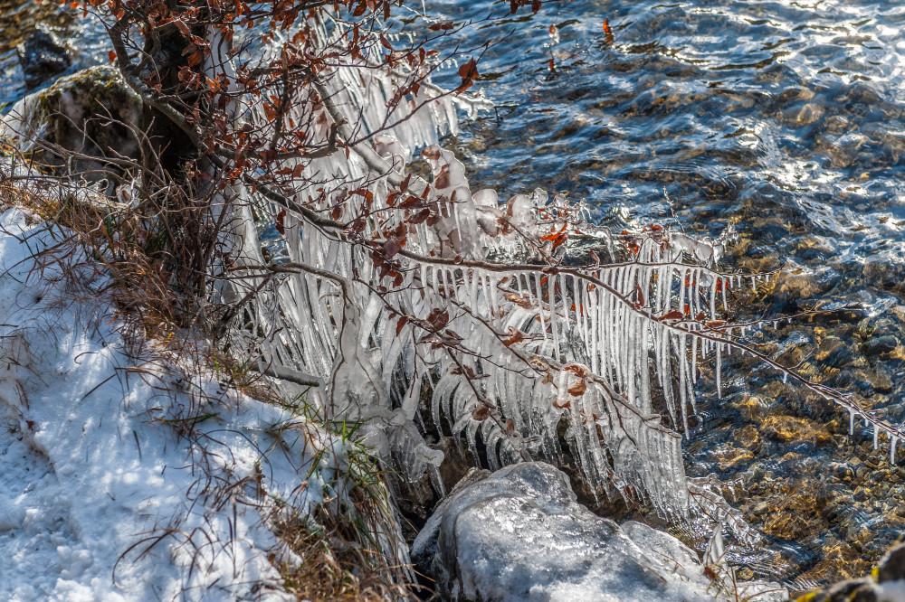 - Eis Eisenerz Eisgebilde Eiszapfen Erzberg Europa Gewässer Jahreszeit Jahreszeiten Leopoldsteiner See Nationalpark Eisenwurzen Nationalparks Natur See Steiermark Textur Winter grau Österreich