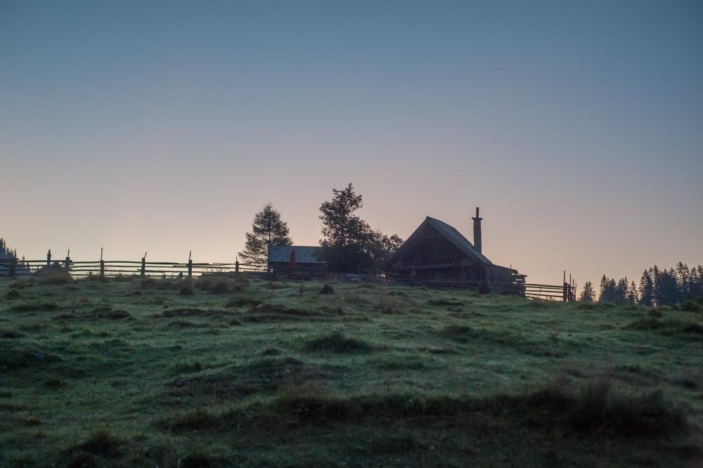 Morgendämmerung auf der Hinteregger Alm - Alm Almen Himmelserscheinungen Hinteregger Alm Natur Silhouette Sommer Sonnenaufgang grau schwarz