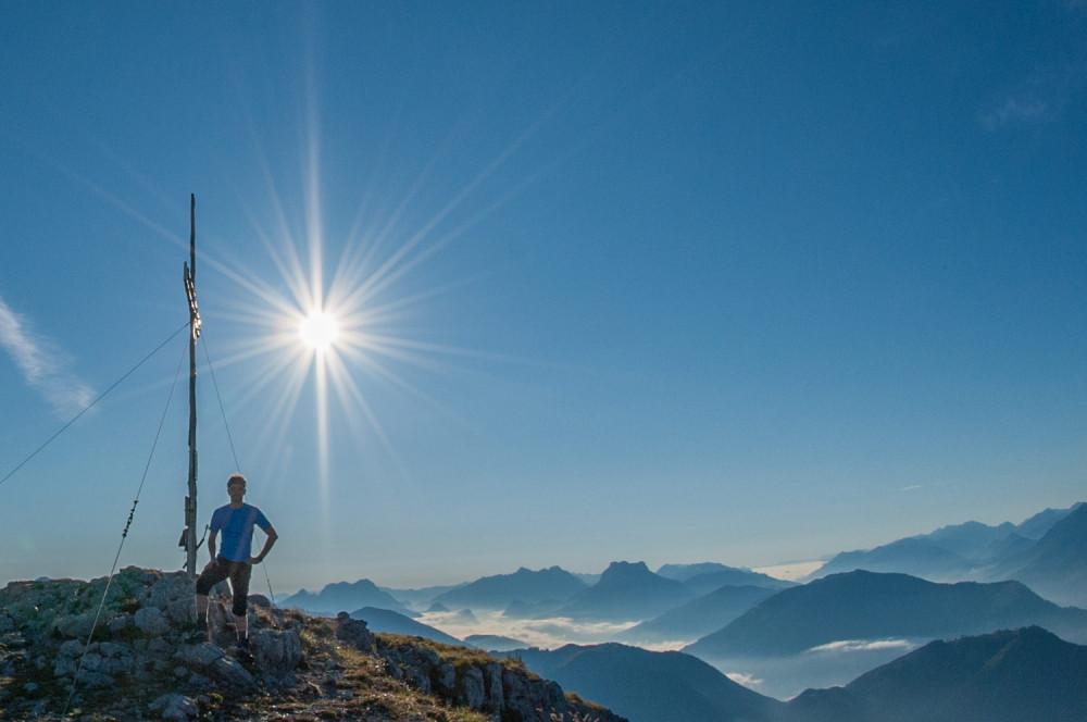 Gipfelsieg am Nazogl - Alm Almen Berg Freizeit Gipfel Gipfelkreuz Gipfelsieg Highlight Himmel Hinteregger Alm Leute Mensch Natur Nazogl Silhouette Sport Wanderer blau