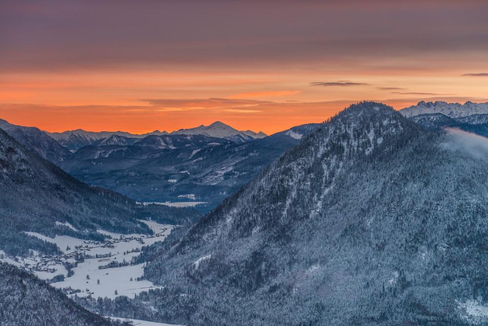 Blick auf den Ausseer Ortsteil Straßen und den verschneiten Radling - Abendrot Ausseerland Berg Europa Herbst Jahreszeit Jahreszeiten Natur Salzkammergut Schnee Steiermark Tressenstein Winter Österreich