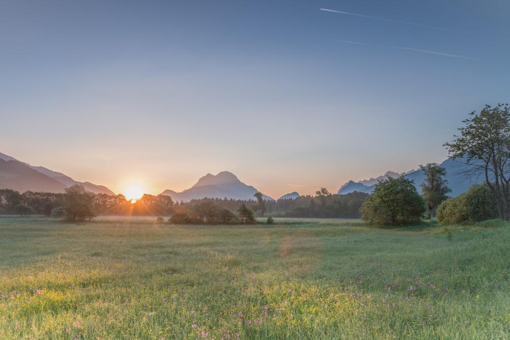 Sonnenaufgang im Gesäuse - Ennstal Europa Gesäuse Gesäuse Eingang Highlight Himmelserscheinungen Nationalpark Gesäuse Nationalparks Natur Outdoor Sonnenaufgang Steiermark Wandern Wiese Xeis grau Österreich