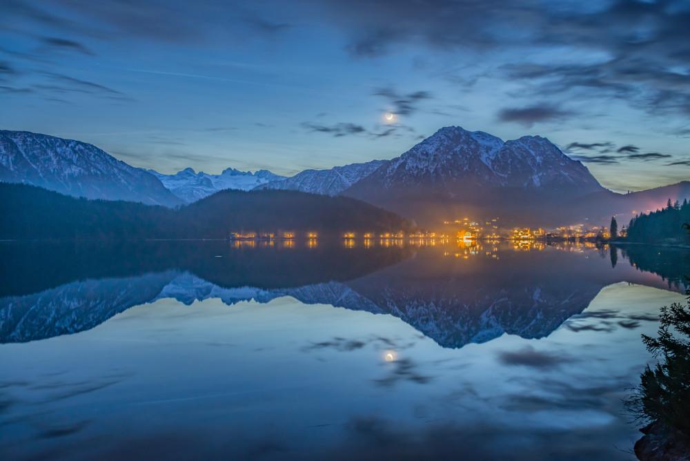 Der Mond spiegelt sich im Altausseer See - Altaussee Altausseer See Ausseerland Berg Dunkel Europa Gewässer Herbst Jahreszeit Jahreszeiten Natur Salzkammergut See Steiermark Wasser schwarz Österreich