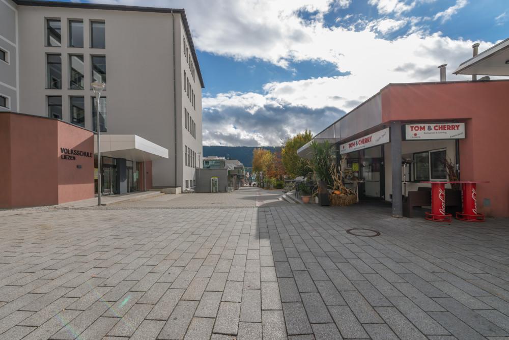 dokumentarische Bilder der Stadt Liezen - Architektur Ennstal Europa Fussgängerzone Gebäude Innenstadt Liezen Stadt Steiermark Stockfoto Straße dokumentarisch Österreich