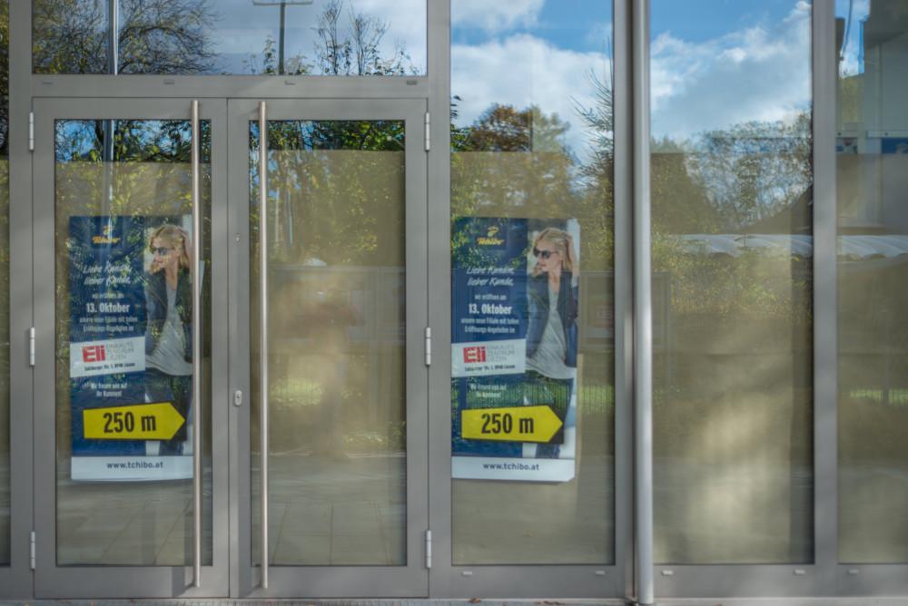 dokumentarische Bilder der Stadt Liezen - Architektur Ennstal Europa Innenstadt Liezen Stadt Steiermark Stockfoto Telefonzelle Tür dokumentarisch grau Österreich