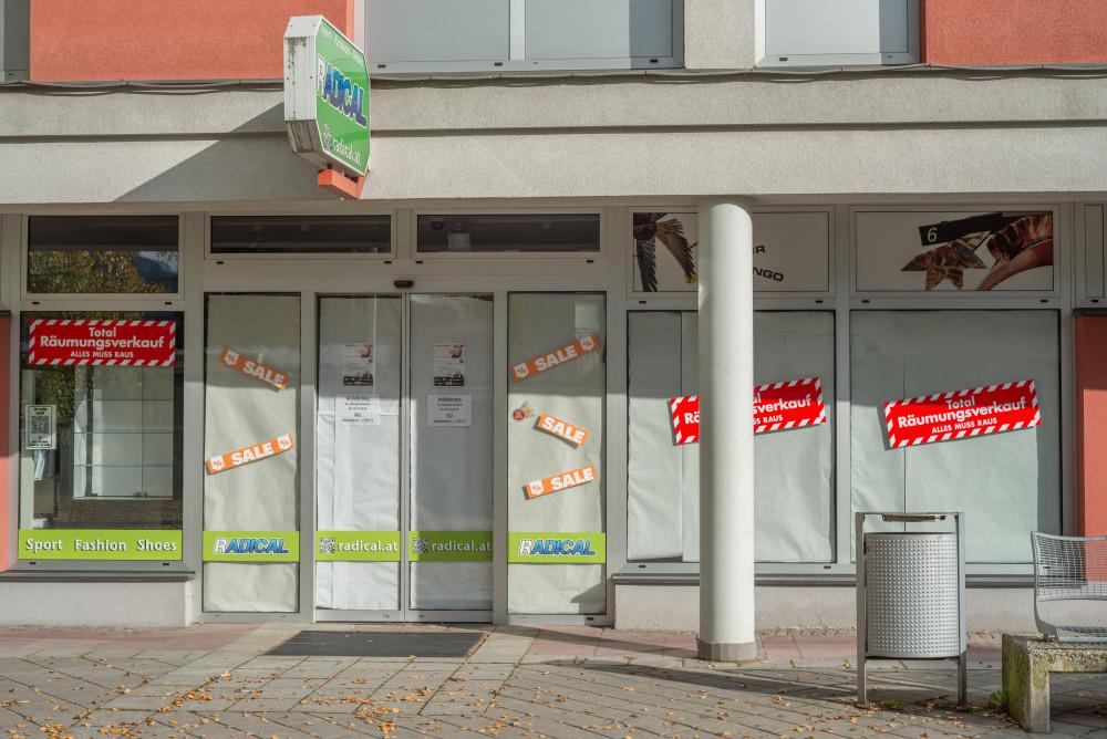 dokumentarische Bilder der Stadt Liezen - Architektur Ennstal Europa Gebäude Innenstadt Liezen Stadt Steiermark Stockfoto Tankstelle dokumentarisch grau Österreich