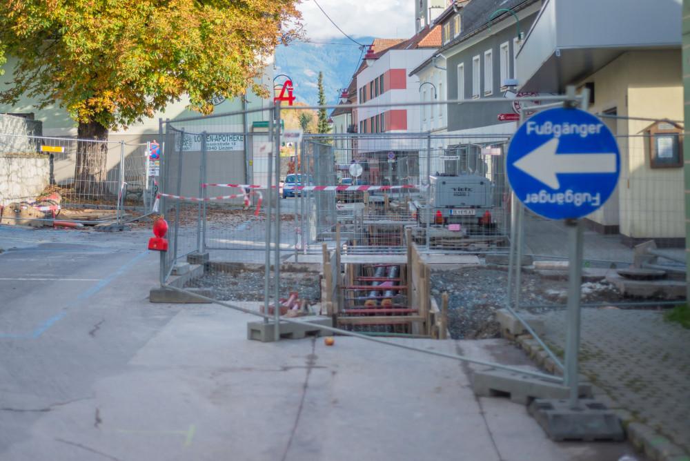 dokumentarische Bilder der Stadt Liezen - Architektur Baustelle Ennstal Europa Fernwärme Gebäude Innenstadt Liezen Stadt Steiermark Stockfoto dokumentarisch grau Österreich