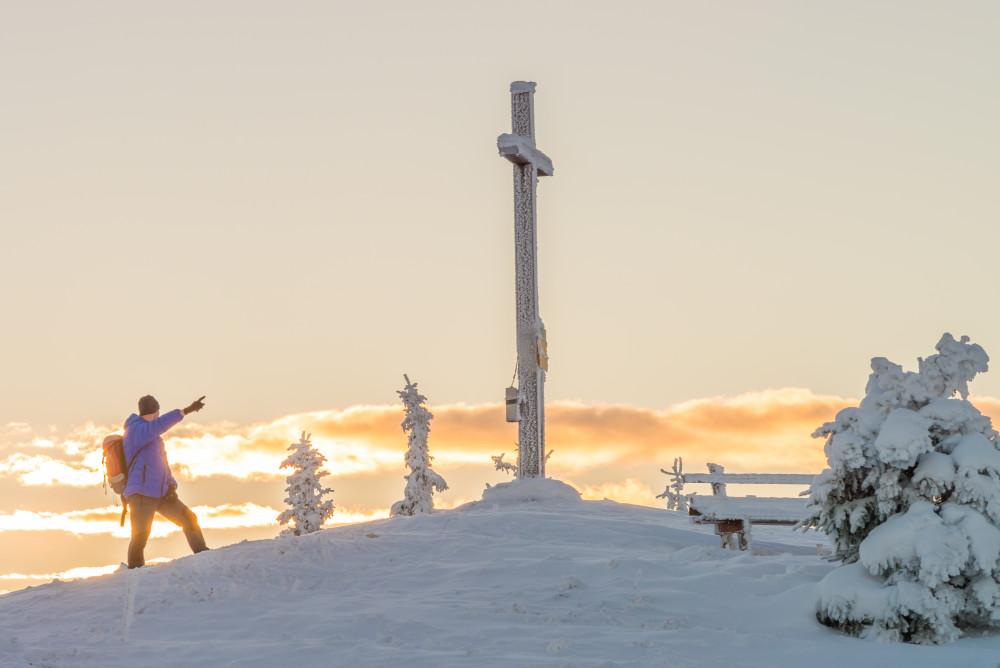 erste Sonnenstrahlen am Gipfel der hohen Trett - Berg Ennstal Freizeit Gipfel Gipfelkreuz Gipfelsieg Hell Highlight Hohe Trett Jahreszeit Jahreszeiten Mensch Natur Schnee Sonnenaufgang Sport Winter grau
