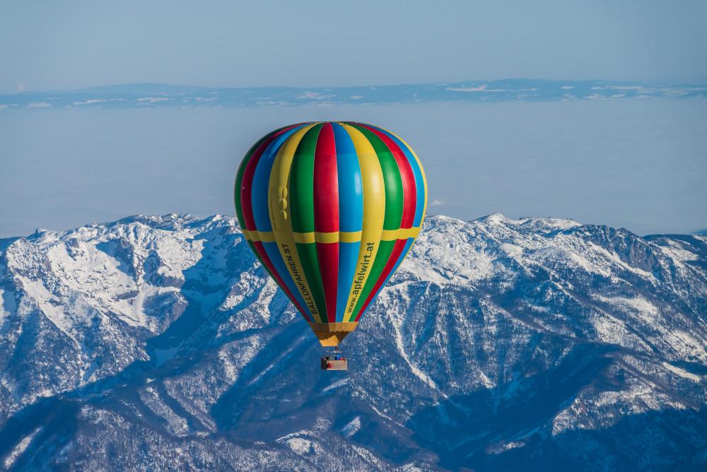 mit dem Heißluftballon hoch über dem Ennstal - Ballonfahrt Europa Fahrzeug Filzmoos Heißluftballon Salzkammergut Steiermark grau Österreich