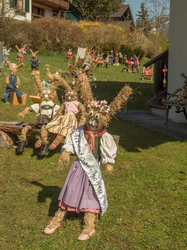 Hasendorf in Gößl am Grundlsee - Ausseerland Europa Grundlsee Gössl Hasendorf Hochformat Osterhase Ostern Person Salzkammergut Steiermark Strohhase Österreich
