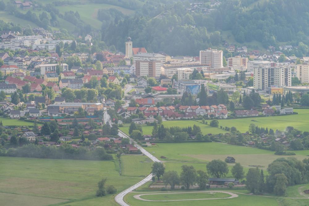 - Ennstal Europa Liezen Luftaufnahme Stadt Steiermark grau Österreich