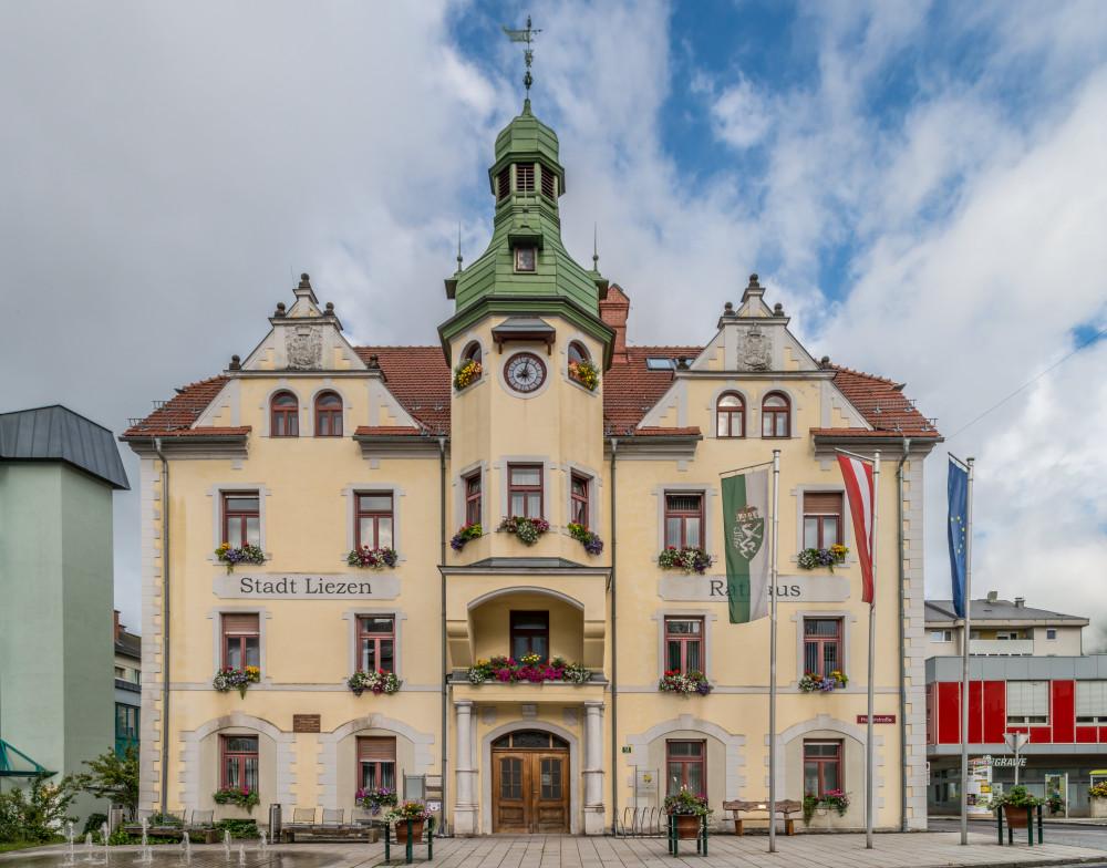 Rathaus Liezen - Architektur Bauwerke Ennstal Europa Gebäude Haus Hell Liezen Rathaus Steiermark grau Österreich