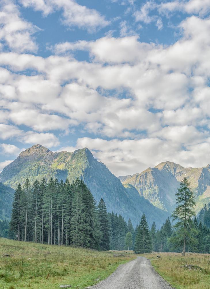 kuz nach Sonnenaufgang in der Kleinsölk - Alm Almen Berg Europa Gewässer Hell Himmel Hochformat Hochland Jägeralm Kleinsölk Natur Schotterstraße Schwarzensee See Steiermark Sölk Sölktal Sölktäler Wolken grau Österreich