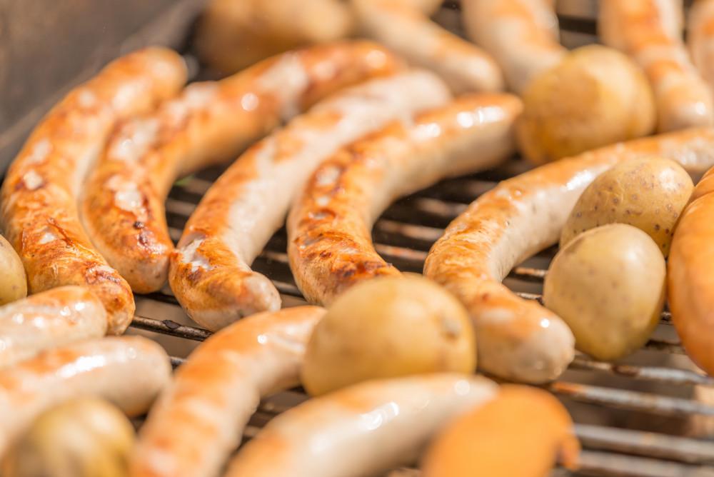 - BBQ Barbecue Bildeigenschaft Bildinhalt Bratwurst Fleisch Gemüse Grill Kulinarik Lebensmittel Sepia Töne Sommer Wurst Würstchen braun orange
