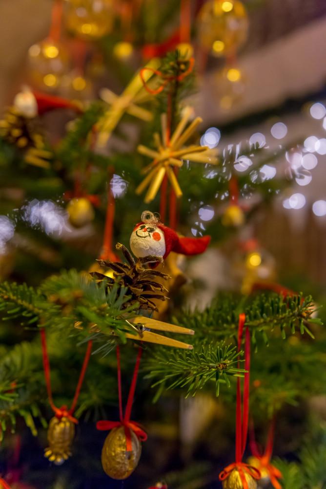klassischer Christbaumschmuck - Brauchtum Christbaum Dekoration Dunkel Hochformat Natur Tradition Weihnachten braun