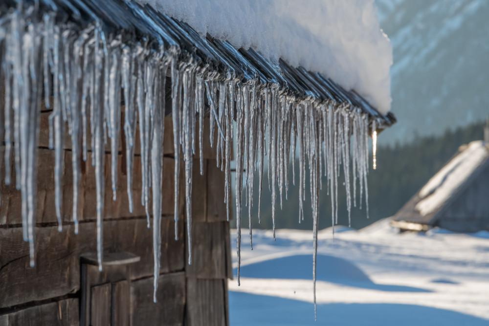 - Alm Almen Eis Eisgebilde Eiszapfen Hinteregger Alm Jahreszeit Jahreszeiten Natur Schnee Winter grau