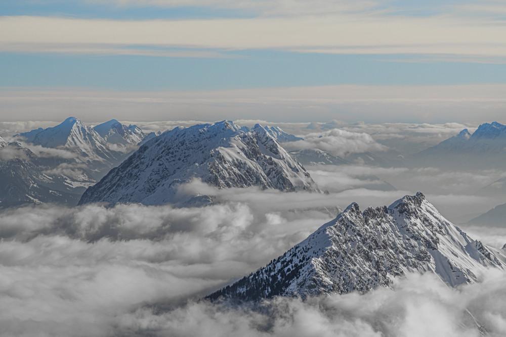 - Berg Bildeigenschaft Europa Grimming Himmel Jahreszeit Jahreszeiten Kammspitze Kontrastarm Natur Schnee Steiermark Ungesättigt Winter Wolken grau Österreich