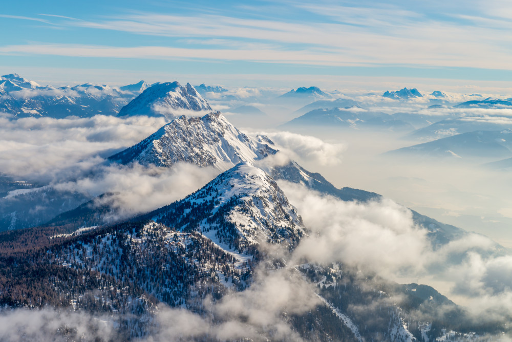 Tiefblick auf Stoderzinken, Kammspitze und Grimming - Berg Grimming Hell Jahreszeit Jahreszeiten Kammspitze Natur Schnee Stoderzinken Winter grau