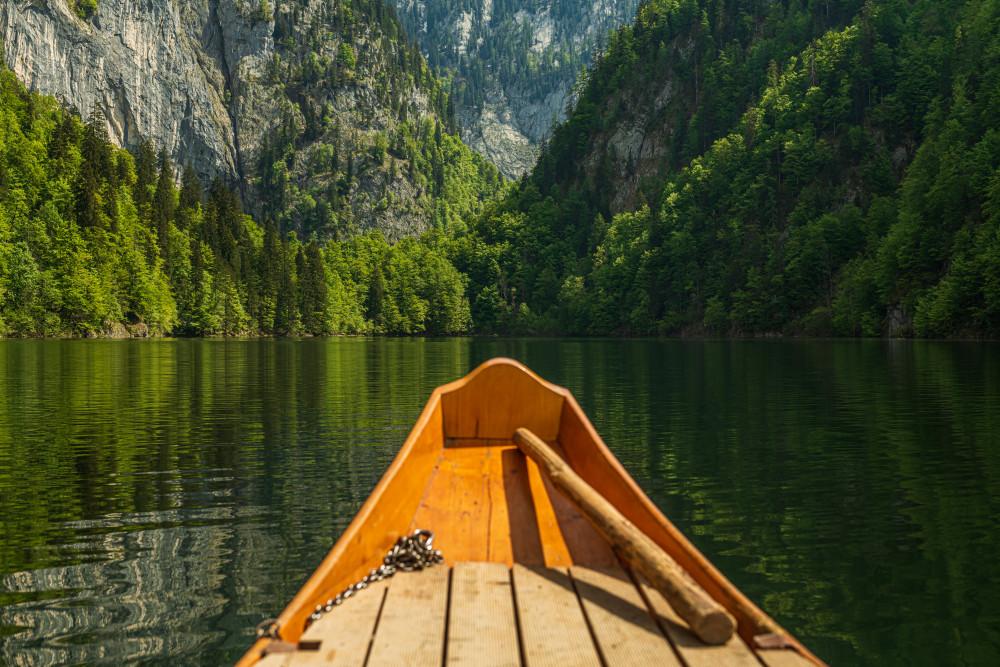 Plättenfahrt am Toplitzsee - Ausseerland Baum Boot Dunkel Europa Fahrzeug Gewässer Grundlsee Holz Kanu Natur Pflanze Plätte Salzkammergut Schifffahrt Grundlsee See Steiermark Toplitzsee Wald Zille Österreich