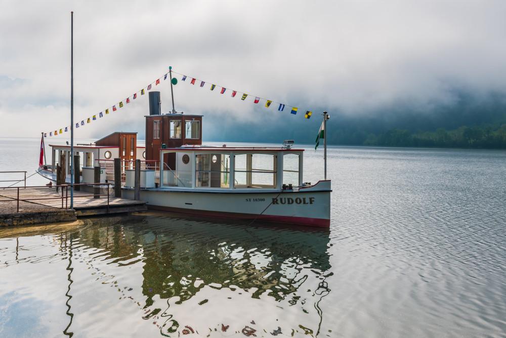 Die MS Rudolf an der Anlegestelle - Ausseerland Boot Europa Fahrzeug Gewässer Hell MS Rudolf Natur Rudolf Salzkammergut Schiff Schifffahrt Grundlsee See Steiermark Wasserfahrzeug Österreich