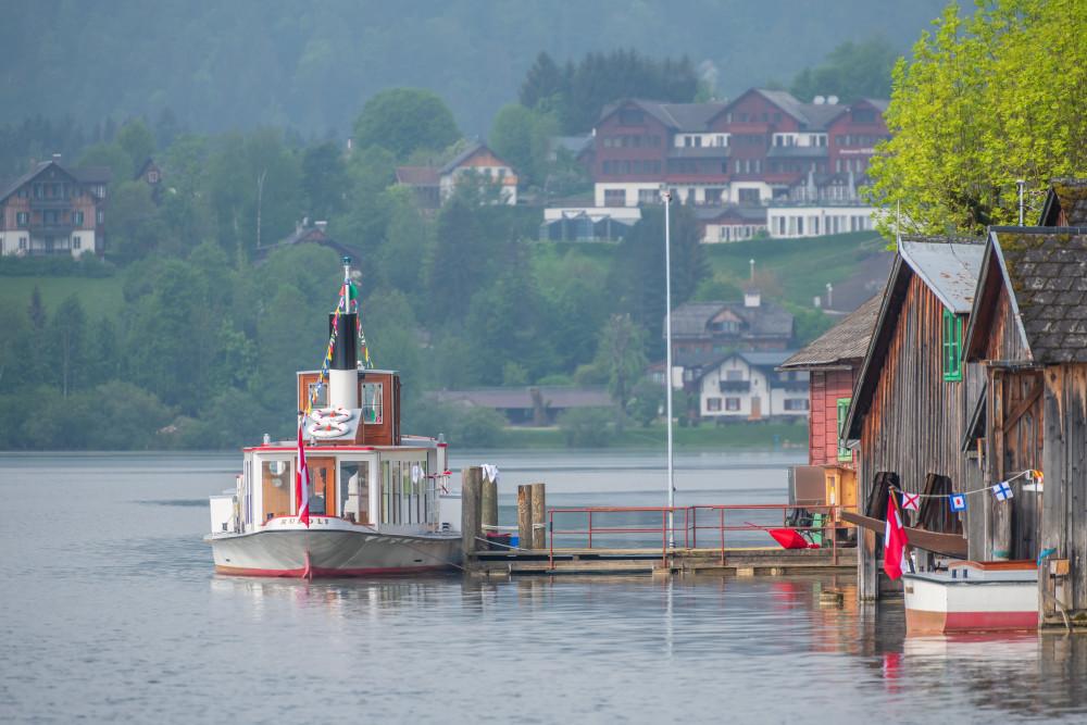 Die MS Rudolf an der Anlegestelle - Architektur Ausseerland Boot Europa Fahrzeug Gebäude Gewässer MS Rudolf Natur Rudolf Salzkammergut Schiff Schifffahrt Grundlsee See Steiermark Wasserfahrzeug grau Österreich