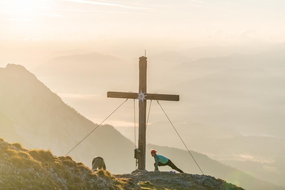 Sonnenaufgang am Gipfel des Stoderzinken - Berg Ennstal Europa Gipfel Gipfelkreuz Gipfelsieg Gröbming Gröbmingerland Hell Kreuz Mensch Natur Religion Sommer Sport Steiermark Technologie Yoga Österreich