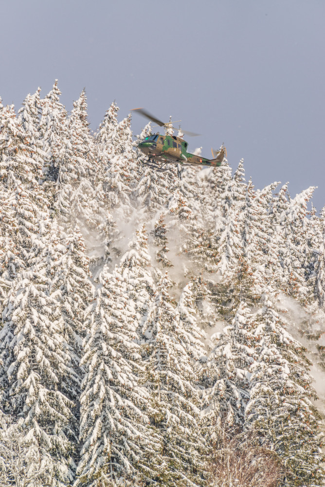 - Agusta Bell 212 Ardning Baum Bundesheer Bäume Ennstal Europa Fahrzeug Fahrzeuge Helikopter Hell Hochformat Hubschrauber Jahreszeit Jahreszeiten Natur Pflanzen Schnee Steiermark Stockfoto Wald Winter dokumentarisch Österreich