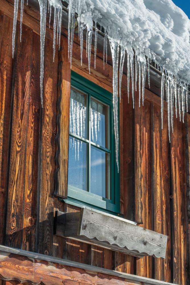 Eiszapfen hängen vor einem Fenster eines Bauernhauses in Wörschach - Architektur Eis Eisgebilde Eiszapfen Ennstal Europa Fenster Hochformat Jahreszeit Jahreszeiten Steiermark Verlassener Ort Winter Wörschach Österreich