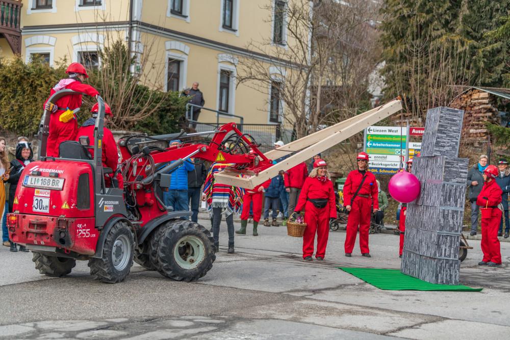 - Brauchtum Bürgermeister Bürgermeisterin Fahrzeug Fasching Faschingsumzug Karnevall Landwirtschaft Mensch Person Tradition Traktor Verkleidet Verkleidung grau