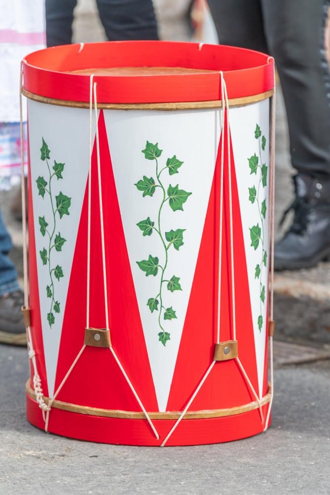 - Bildinhalt Brauchtum Bürgertrommelweiber Fasching Flagge Hochformat Musikinstrument Trommel Trommelweiber grau