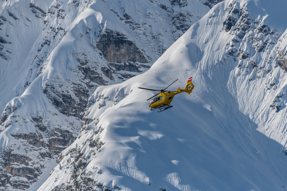 Hubschraubereinsatz am Grimming - Berg Fahrzeuge Grimming Helikopter Hubschrauber Jahreszeit Jahreszeiten Natur Schnee Winter grau ÖAMTC