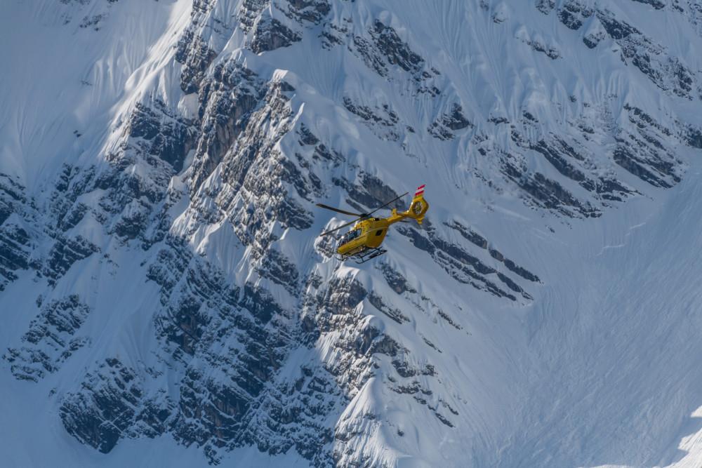 - Berg Bildinhalt Fahrzeuge Grimming Helikopter Hubschrauber Jahreszeit Jahreszeiten Mensch Natur Person Schnee Sport Winter Wintersport grau
