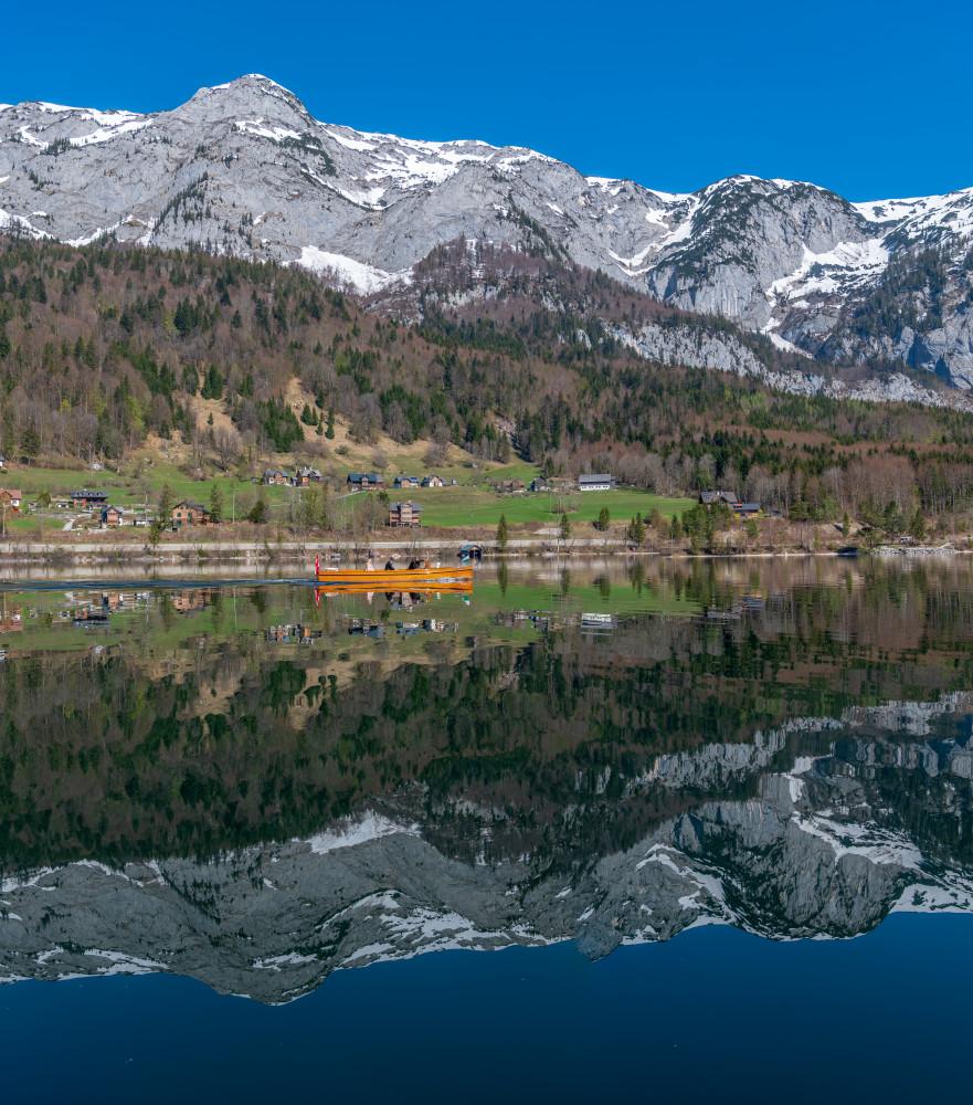 - Ausseerland Berg Bildeigenschaft Bildinhalt Boot Europa Fahrzeug Gewässer Grundlsee Hochformat Natur Salzkammergut See Steiermark Ungesättigt Wasser grau Österreich
