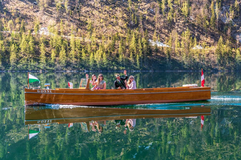- Ausseerland Bildeigenschaft Bildinhalt Boot Draußen Europa Excire (de) Fahrzeug Farben Gewässer Grundlsee Kanu Natur Ort Salzkammergut See Sonstiges Steiermark Ungesättigt Wasser grau Österreich