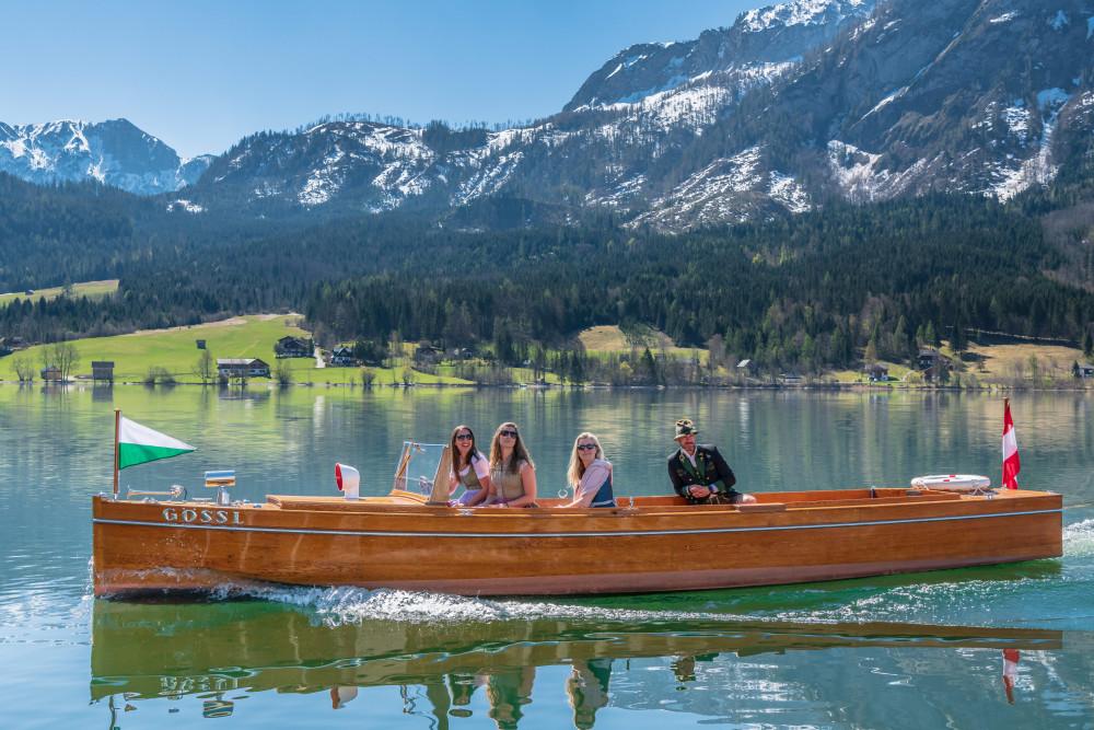 - Ausseerland Berg Boot Dunkel Europa Fahrzeug Frontalansicht Gesicht Gewässer Grundlsee Kanu Natur Person Salzkammergut Schifffahrt Grundlsee See Steiermark Wasser Zwei Gesichter grau Österreich