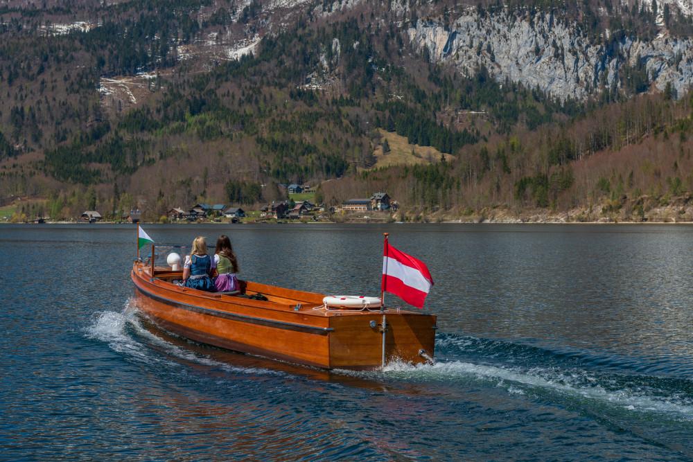 - Ausseerland Bildeigenschaft Boot Dunkel Europa Fahrzeug Gewässer Grundlsee Gössl Kanu Natur Salzkammergut Schifffahrt Grundlsee See Steiermark Ungesättigt Wasser grau Österreich