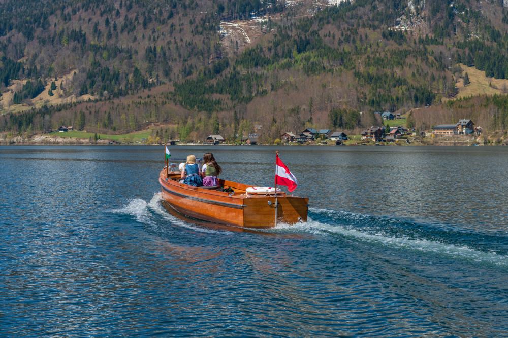 - Ausseerland Bildeigenschaft Bildinhalt Boot Europa Fahrzeug Gewässer Grundlsee Gössl Kanu Kontrastarm Natur Salzkammergut Schifffahrt Grundlsee See Steiermark Ungesättigt Wasser grau Österreich