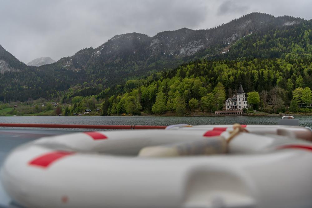 - Ausseerland Bildeigenschaft Bildinhalt Boot Europa Fahrzeug Gewässer Grundlsee Karstquellen MS Rudolf Natur Salzkammergut Schiff Schifffahrt Grundlsee Steiermark Stimitz Ungesättigt grau Österreich