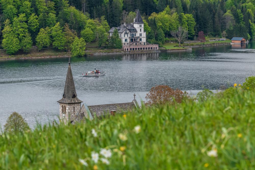 Kirche Grundlsee mit Villa Castilliogni - Ausseerland Bildeigenschaft Boot Europa Fahrzeug Fluss Gewässer Grundlsee Kanu Natur Salzkammergut See Steiermark Ungesättigt Wasser grau Österreich