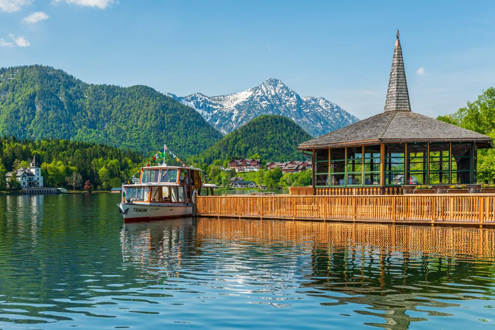 - Ausseerland Bildeigenschaft Bildinhalt Boot Europa Fahrzeug Gewässer Grundlsee MS Traun Natur Salzkammergut Schifffahrt Grundlsee See Steiermark Ungesättigt Wasser grau Österreich