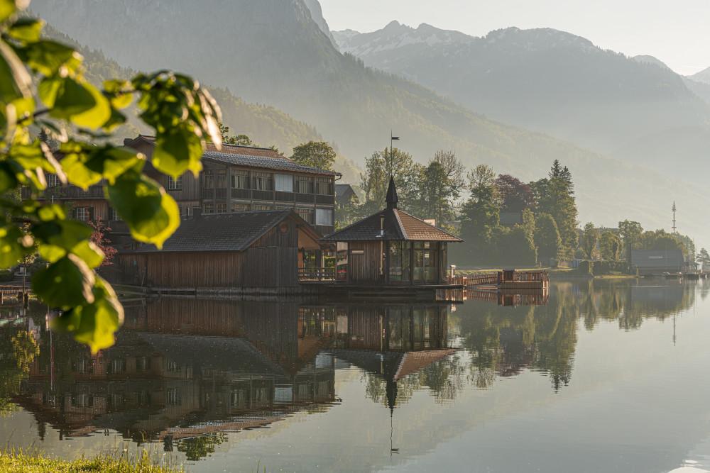 - Ausseerland Bildeigenschaft Bildinhalt Europa Fluss Gewässer Grundlsee Narzissenfest Narzissenfest 2019 Natur Salzkammergut See Seehotel Steiermark Ungesättigt Wasser grau Österreich