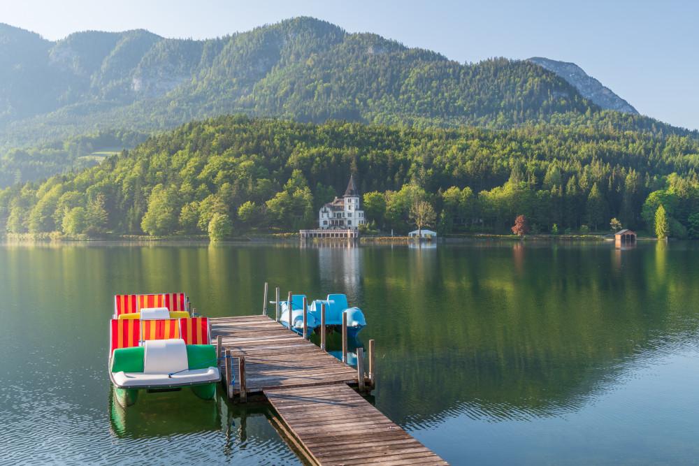 - Ausseerland Bildeigenschaft Bildinhalt Europa Gewässer Grundlsee Narzissenfest Narzissenfest 2019 Natur Salzkammergut See Steiermark Ungesättigt Villa Castiglioni Wasser grau Österreich
