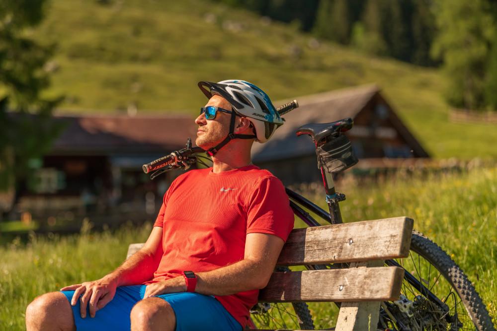 - Alm Almen Bildinhalt Ein Gesicht Freizeit Gesicht Hinteregg Hinteregger Alm Hintereggeralm Mountain Bike Mountenbiker Person Profilansicht Radfahrer Sport Velo erkennbare Person