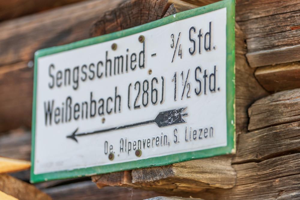 Wegweiser Sengschmied - Alm Almen Dunkel Hinteregg Hinteregger Alm Hintereggeralm Schilder Stockfoto Tafel Wegweiser