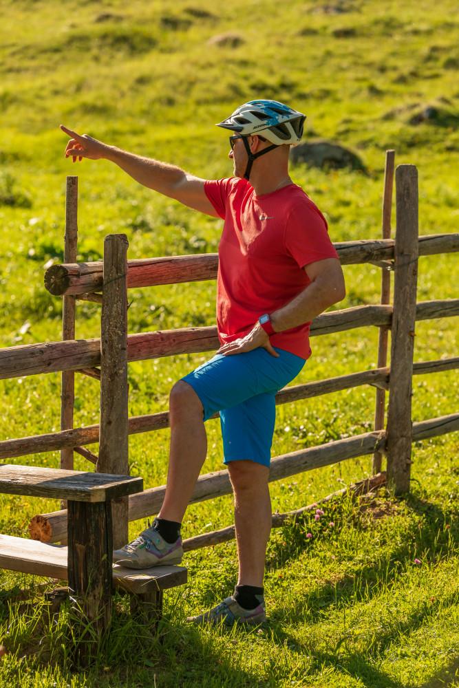 - Alm Almen Bildinhalt Farbenfroh Freizeit Hinteregg Hinteregger Alm Hintereggeralm Hochformat Mountain Bike Mountenbiker Person Radfahrer Sport Velo erkennbare Person gelb