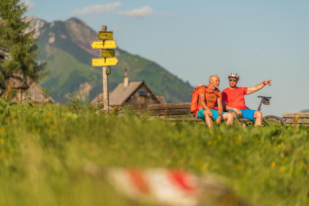 - Alm Almen Freizeit Frontalansicht Gesicht Hinteregg Hinteregger Alm Hintereggeralm Mountain Bike Mountenbiker Person Radfahrer Sport Velo Zwei Gesichter erkennbare Person