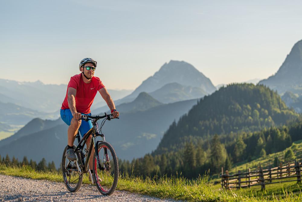 Mountainbiker auf der Hinteregger Alm - Alm Almen Ein Gesicht Fahrzeug Freizeit Gesicht Hinteregg Hinteregger Alm Hintereggeralm Mountain Bike Mountenbiker Person Radfahrer Sport Velo erkennbare Person