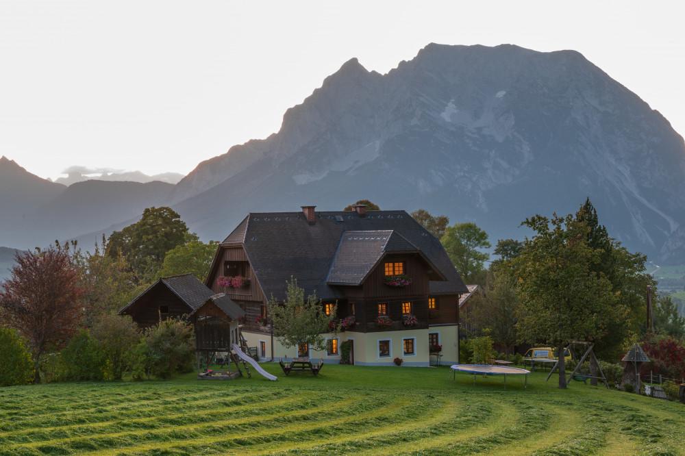 - Architektur Bauernhof Berg Bildeigenschaft Bildinhalt Grimming Grimming-Donnersbachtal Hochhuberhof Kontrastreich Natur Ungesättigt Vorberg