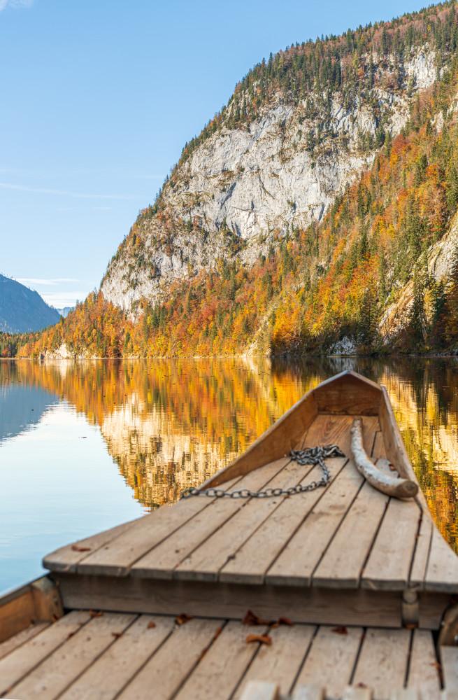- Ausseerland Berg Europa Gewässer Gössl Herbst Hochformat Jahreszeit Jahreszeiten Natur Salzkammergut Schifffahrt Grundlsee See Steiermark Toplitz See Toplitzsee Wasser Österreich