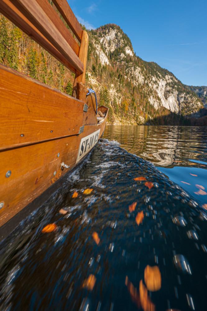 Plätte am Toplitzsee - Ausseerland Boot Europa Fahrzeug Hochformat Plätte Salzkammergut Schifffahrt Grundlsee Steiermark Toplitzsee Wasser Zille braun Österreich